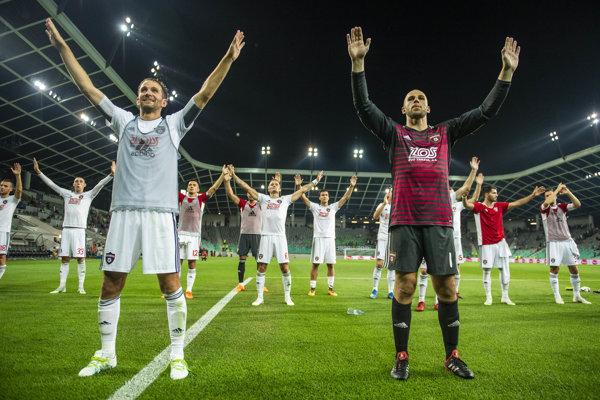 Futbalisti Trnavy sa radujú z víťazstva.
