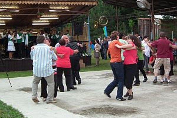 Tónom dychovej hudby diváci neodolali a začali postupne zapĺňať tanečný parket.