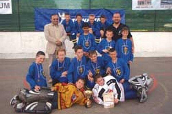 Topoľčianske družstvo U12 spolu s primátorom mesta Petrom Balážom a trénerom Martinom Benkom st.