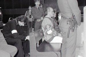 Ján Molnár (druhý sprava) a Ľubor Masár (sklonená hlava) na archívnej fotografii z procesu.
