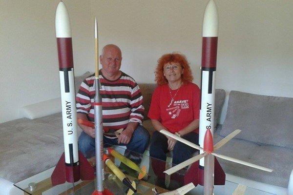 Jozef Jaššo a  Janka Kajanová s modelmi rakiet.