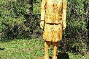 Socha D. Némethyovej z jedľového dreva.