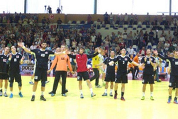 Topoľčianski hádzanári ďakujú fanklubu po zápase v Hlohovci.