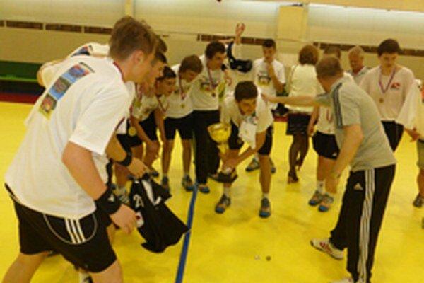 Mladší dorastenci Topoľčian s víťaznou trofejou.