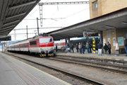 Ak vlaky veľmi meškajú, železnice a dopravný podnik by mali ľuďom zabezpečiť odvoz.