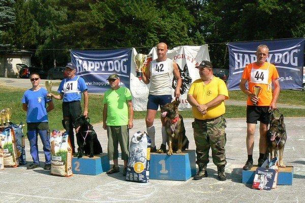 Víťaz kategórie muži Slanislav Sedmák so psom Bolt, na druhom mieste (vľavo) Peter Detko so sučkou Kitty. Na treťom mieste (vpravo) sa umiestnil Jozef Paták.