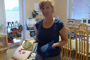 Lucia Dovalová zúročuje pri výrobe modrotlače aj svoje pedagogické znalosti.