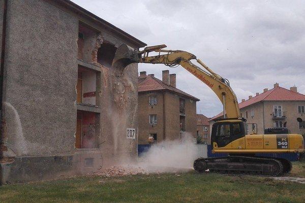 Búranie bytovky na Nábrežnej.