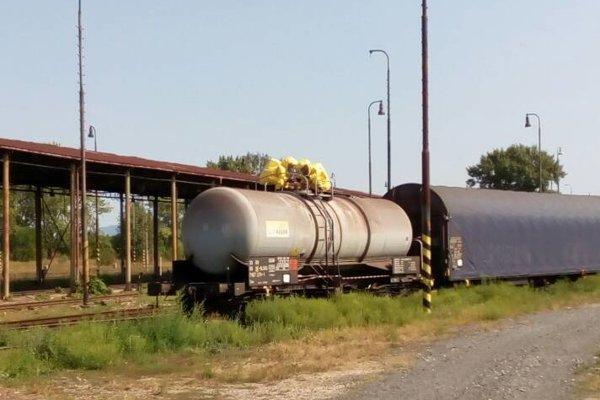 V sústave vagónov došlo k úniku kyseliny dusičnej.