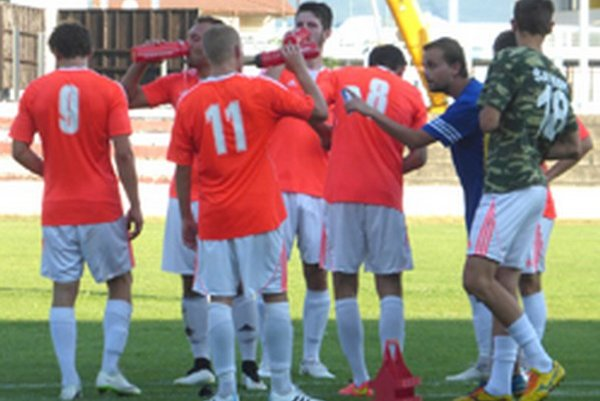Tréner Michal Caránek (v modrom) usmerňuje svojich zverencov.