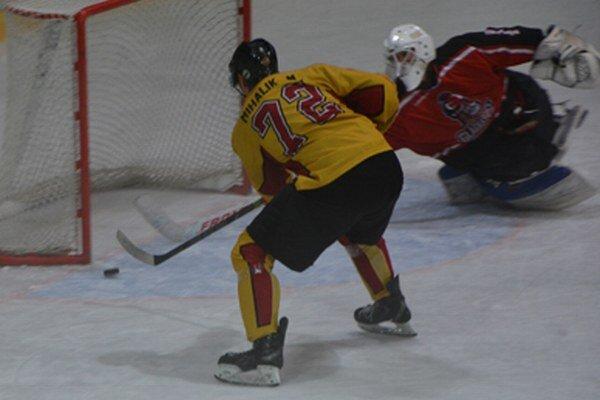 Martin Mihalik v prvej tretine ešte hosťujúceho brankára neprekonal, v druhej časti hry ale po jeho góle šli Topoľčany do dvojgólového vedenia 2:0.