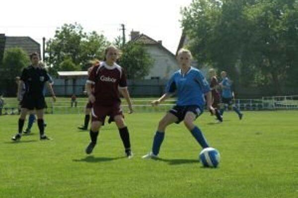 Belušanky (v modrom) dali Bánovciam tri góly.