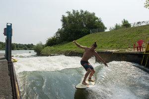 Surfovanie na umelej vlne v areáli Divoká voda v Čunove.