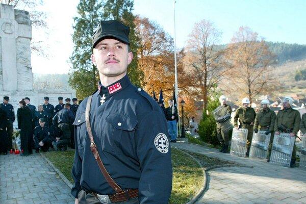 Po odložení uniformy Slovenskej pospolitosti, Kotlebove preferencie i ambície rastú