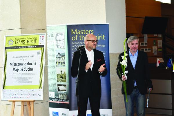 Generálny riaditeľ Štátneho divadla Košice Peter Himič a riaditeľ Teatru im. Wandy Siemaszkowej otvárajú slovenský deň.