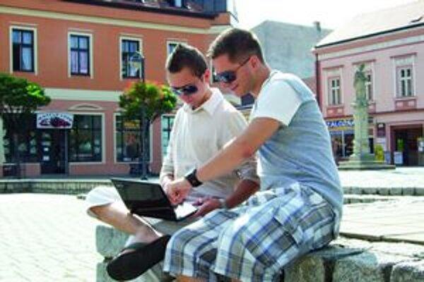 Internet zadarmo využíva v Topoľčanoch čoraz menej mladých.