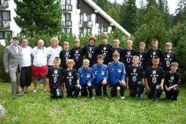 Topoľčianski žiaci s trénermi na sústredení.