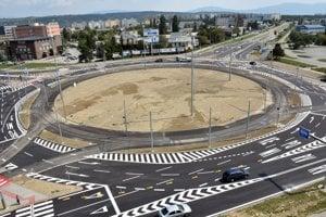 Veľký kruhový objazd na Moldavskej ceste.