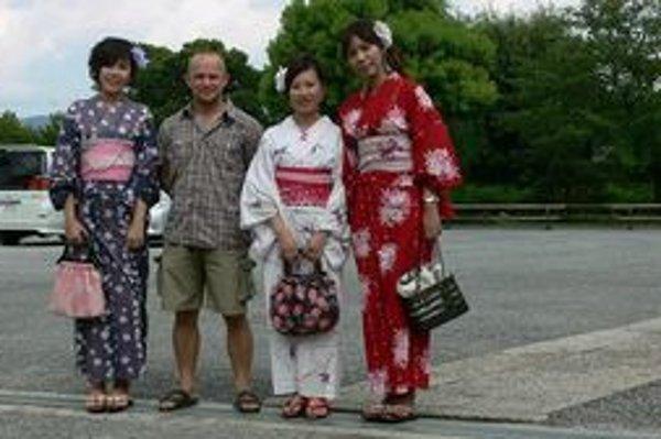 Tomáš Kleman s Japonkami v tradičných krojoch.