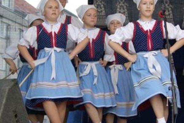 Folklórna mlaď z Púchova.