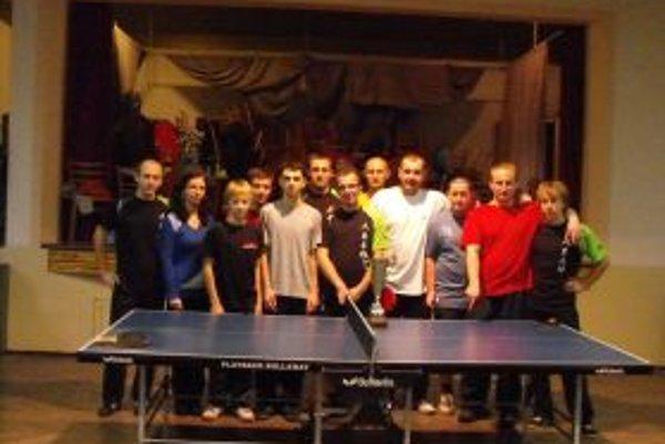 Spoločná fotka stolných tenistov.