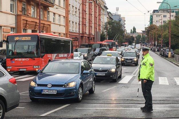 Dopravu na  Račianskom mýte riadi polícia.