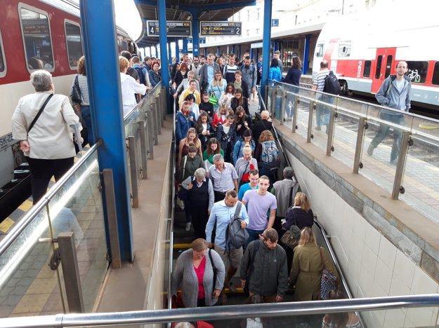 Cestujuci z vlaku zo Senca do Bratislavy.
