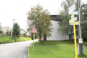 V dedine sú smerovníky, ktoré navedú cyklistov na správnu cestu.