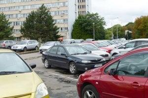 Prázdne miesto na parkovisku a auto preč - to je nočnou morou mnohých motoristov.
