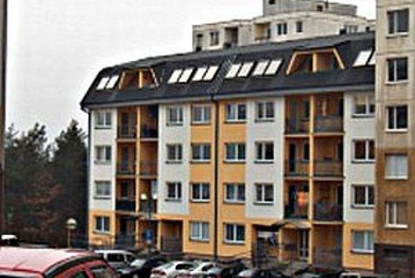 Je postavená z iných materiálov ako susedná panelová bytovka. Objavili sa problémy so statikou, ľudí budú musieť vysťahovať. Stavba bola dokončená v roku 2003.