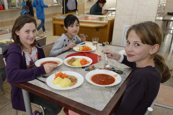 Obedy bezplatne majú deti dostávať od januára 2019.