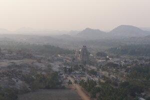 Kempovanie na kopčeku v Hampi, India.