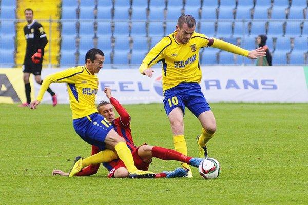 Takto bok po boku bojovali Miroslav Viazanko (vľavo) a Peter Šinglár (č.10) v máji 2015 spolu za košické farby. Odvtedy sa ich futbalové pozície pozmenili a teraz na seba narazia ako súperi.