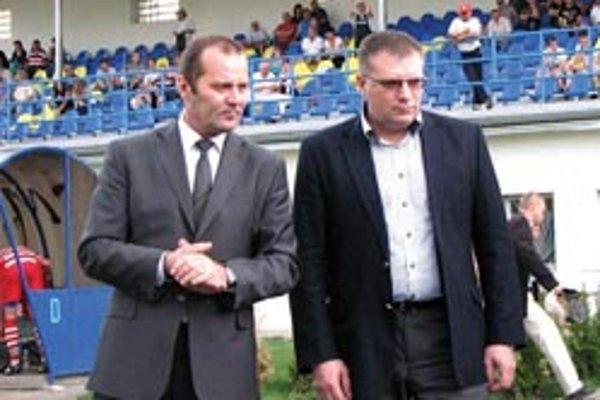 Šéf najväčšieho futbalového regiónu Ladislav Gádoši (vľavo) s prezidentom Slovenského futbalového zväzu Jánom Kováčikom.