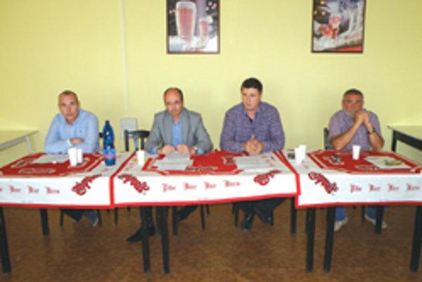 Na Valnom zhromaždení (zľava): Miroslav Bobocký (predseda Dozornej rady), Pavol Lepey (prezident HC Topoľčany), Ervín Mik (generálny manažér) a Jozef Bystričan (riaditeľ klubu).