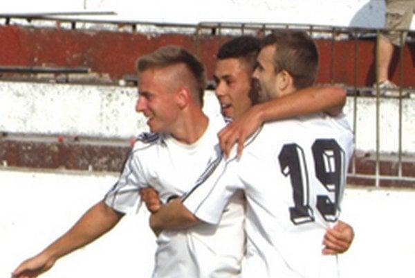 Po prvom góle: (zľava) Miroslav Královič, Dávid Badinský a Michal Otočka.