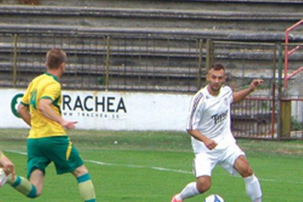 Kapitán Topoľčian Pavol Baláž (vpravo) vsietil v sobotnom stretnutí dva góly.