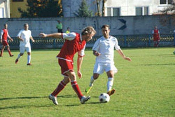 Tovarníky v poslednom kole porazili Závadu 7:0, štyri góly strelil Vladimír Candrák (v bielom).