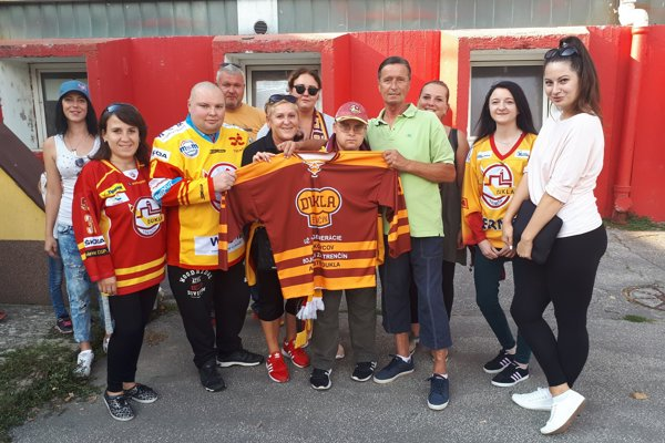 Fanúšikovia na klubové legendy nezabúdajú. Mirek Hlinka (v zelenom tričku) od nich dostal dres i permanentku na hokej.