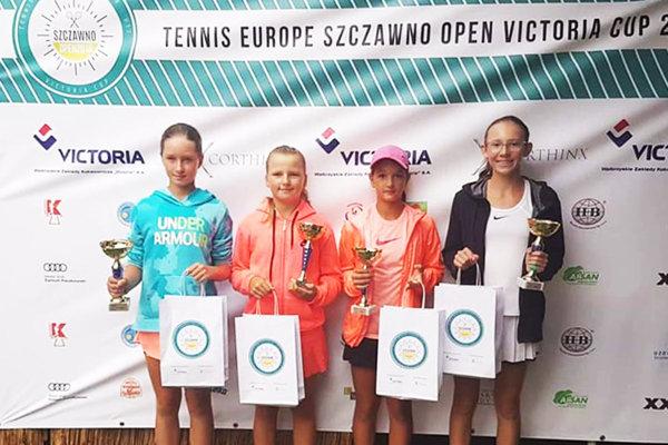 Lucia Hradecká na snímke druhá sprava, celkom vpravo jej partnerka vo štvorhre Nina Kyselová.
