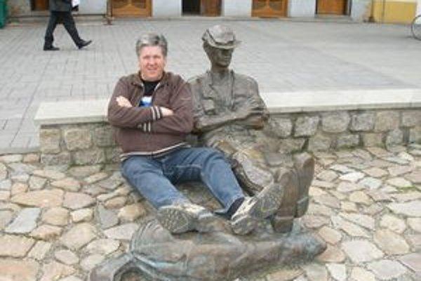 Róbert Kajzer nám zapózoval pri symbole svojej strany, soche Žochára na topoľčianskom námestí.