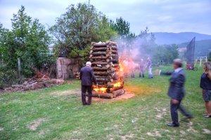 Počas osláv zapálili aj vatru.
