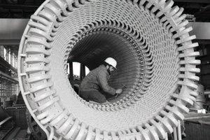 11. február 1988. Montér Juraj Petríkan z Výstavby elektrární Škoda Praha kontroluje jadro s vynútim pred montážou do kostry statora generátora TG I v strojovni