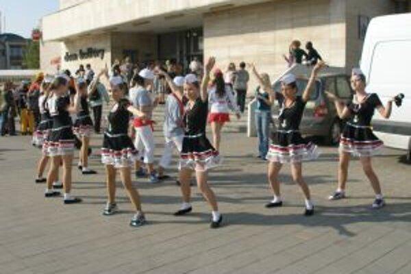 Tanečnice využili na nácvik každú voľnú plochu.