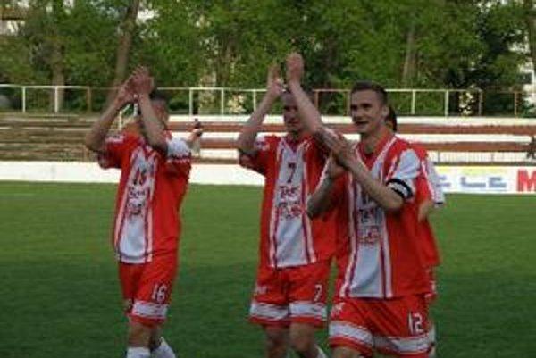 Topoľčianski futbalisti sa tešia zo zisku dôležitých troch bodov.