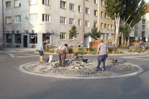 Stredový ostrovček na kruhovom objazde na Župnom námestí opravovali naposledy pred týždňom.