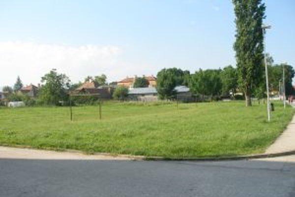 Budúce stavenisko. Na týchto miestach sa začnú onedlho kopať základy pre novú bytovku.