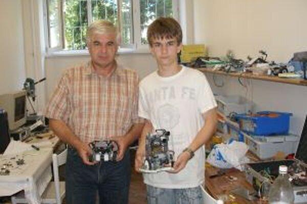 Krošlákovci a roboty, s ktorými odleteli do Singapuru.
