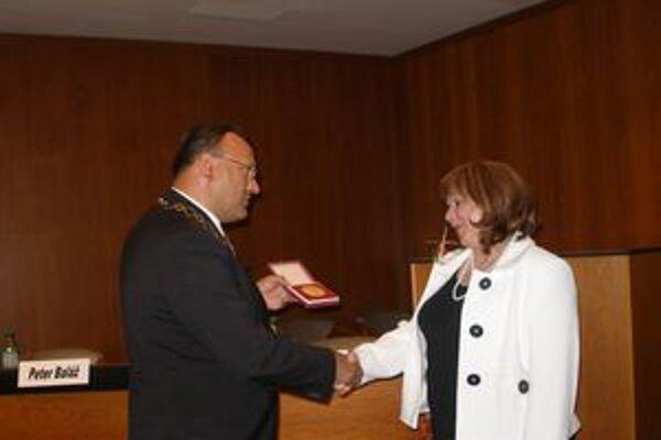 Z rúk primátora Petra Baláža prevzala riaditeľka Tríbečskej knižnice Mária Kráľová Cenu mesta Topoľčany.
