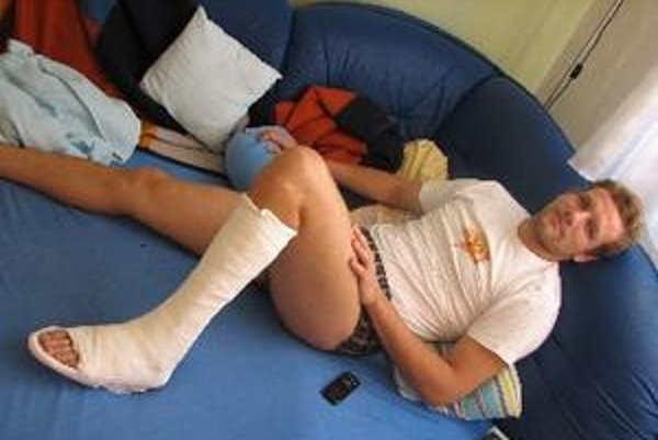 Marek Gális oddychuje so sadrou na nohe.